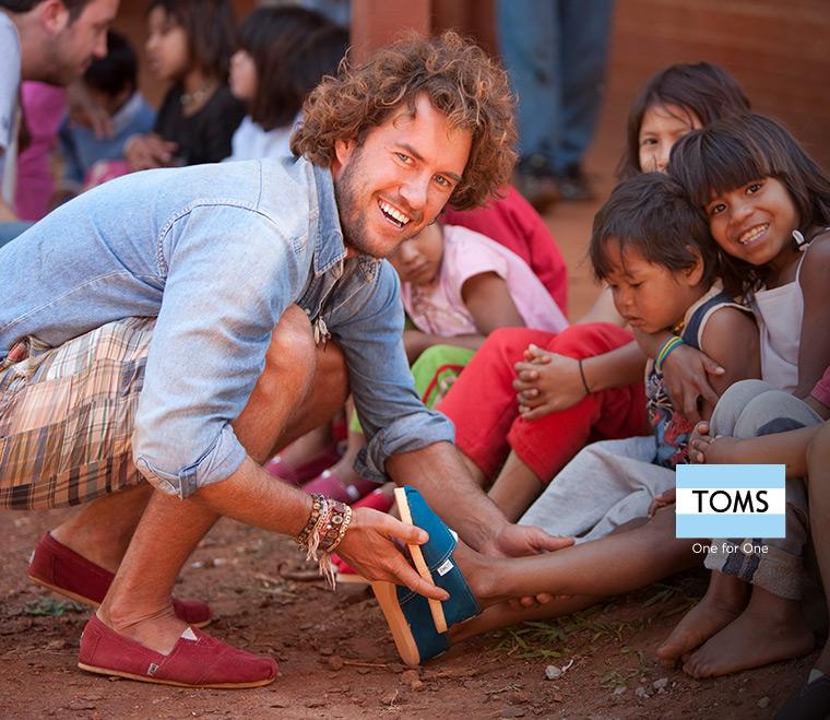 کفش تامز شوز به ازای خرید هر جفت کفش، یک جفت کفش به کودکان نیازمند اهدا می کند.